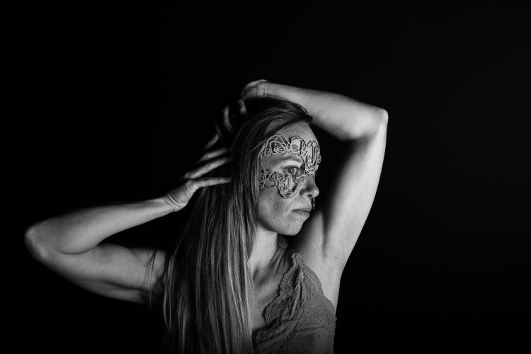 Mask by Salventius and model Janna Handgraaf with black background